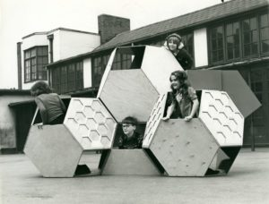 Victor J. Papanek, estructura de juegos móviles Tetrakaidecahedral (1973-1975). © University of Applied Arts Vienna, Victor J. Papanek Foundation